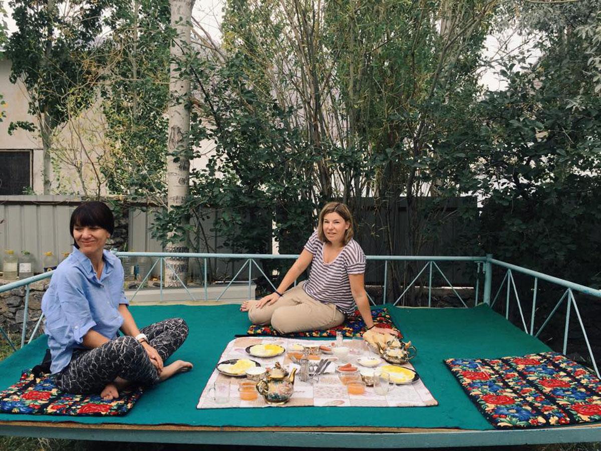 Katrin und ich in Khorog beim Frühstück