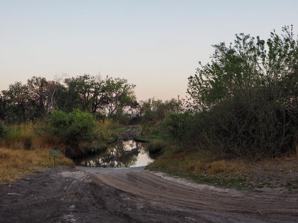 Eine Brücke endet im Wasser