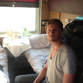 Lars im Abteil
