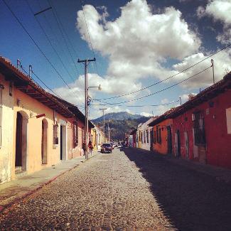 Typischer Straßenzug in Antigua