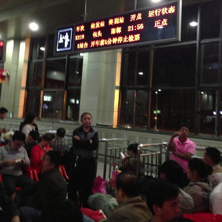 In der Wartehalle für den den Zug nach Peking