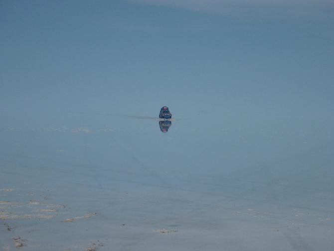 Geländewagen, die durch den Salar de Uyuni kamen