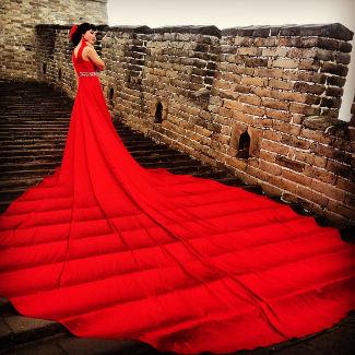 Eine Braut auf der Mauer