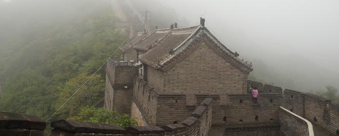 Chinesische Mauer bei Nebel