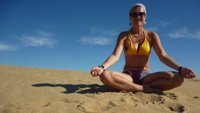 Doris beim Yoga am Strand