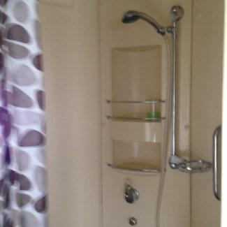 Sogar eine Dusche gab es im Nachbarabteil