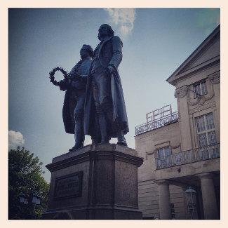 Goethe und Schiller vor dem Deutschen Nationaltheater