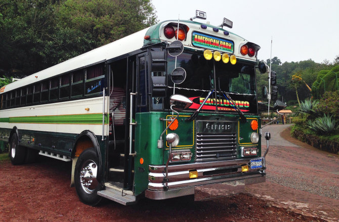 Auf den Straßen El Salvadors regieren diese Busse