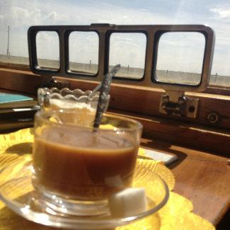 Kaffeetrinken im Bordrestaurant mit Blick auf die mongolische Steppe