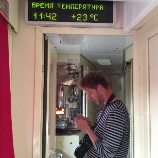 Reiseblogger im Gang vor dem Samowar