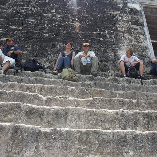 Tikal, Zufrieden auf den Stufen des Tempels IV