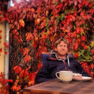 Herbstsonne und Milchkaffee