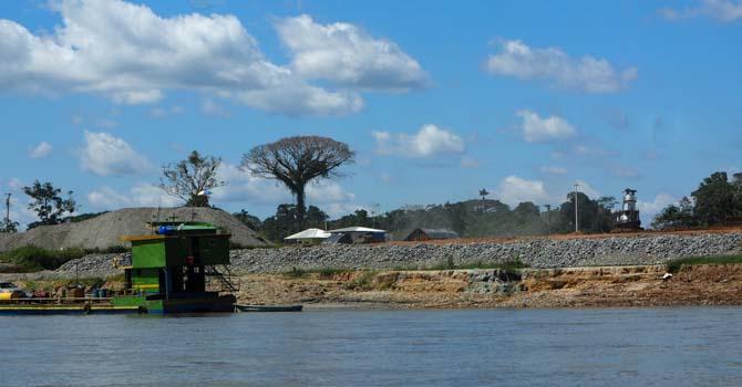 Erdölanlagen am Rio Napo