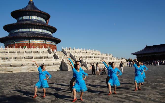 Tanzgruppe vor dem Himmelstempel