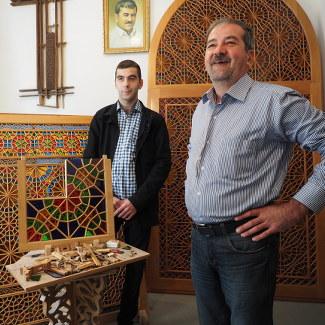 Tofig Rasulov zeigt uns die Handwerkskunst der Shebeke-Fenster