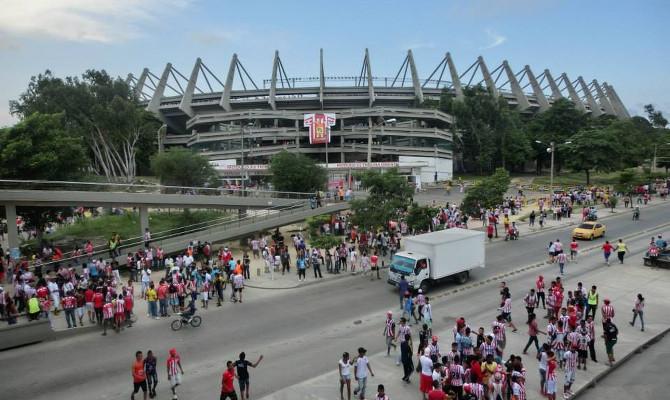 Vor dem Stadion Estadio Metropolitano Roberto Meléndez, Barranquilla