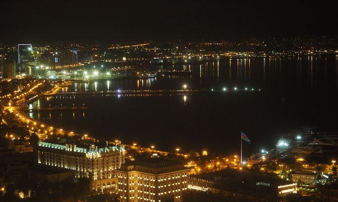 Blick aus dem Flame Tower bei Nacht
