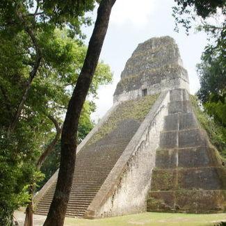 Tikal, Tempel IV ist gesperrt, da hier jemand tödlich abstürzte