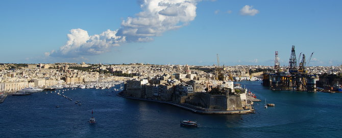 Blick über den Grand Harbour auf die gegenüberliegenden Three Cities von Valletta