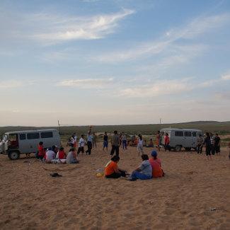 Volleyballspiel am Fuße von Khongoryn Els
