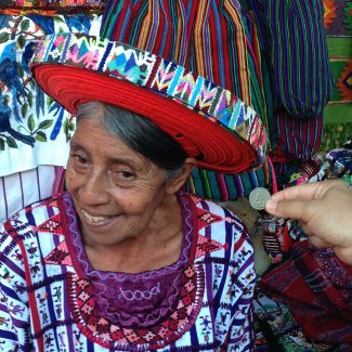 Die Maya Tz'utujil Maria mit einem  Tocoyal auf dem Kopf