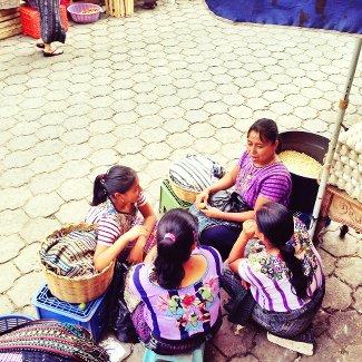 Verkäuferinnen beim Schnacken