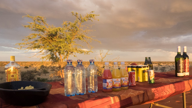Sundownertisch in der Kalahari