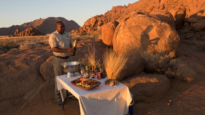 Liebevoll vorbereiteter Tisch der Sossusvlei Lodge in der Wüste