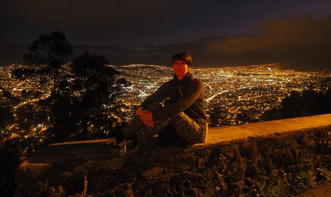 Aussicht von oben auf das Lichtermeer Quitos