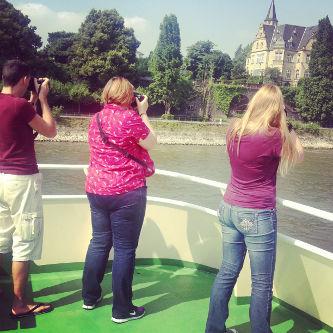 Reiseblogger beim Fotografieren