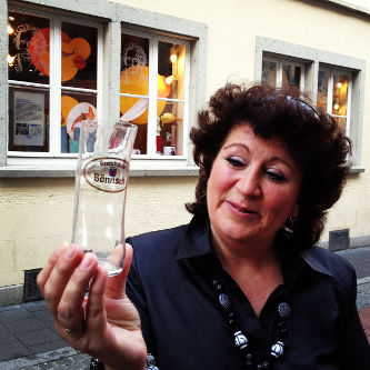 Unsere Stadtführerin Gaby mit einem Bönnsch-Glas