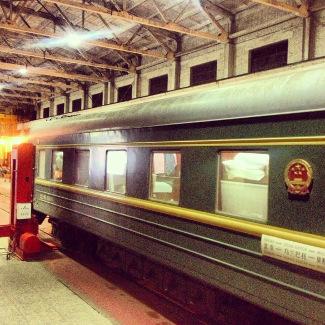 Zug in der Werkshalle an der mongolisch-chinesischen Grenze
