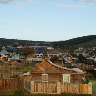 russisches Dorf auf dem Weg zur Grenze