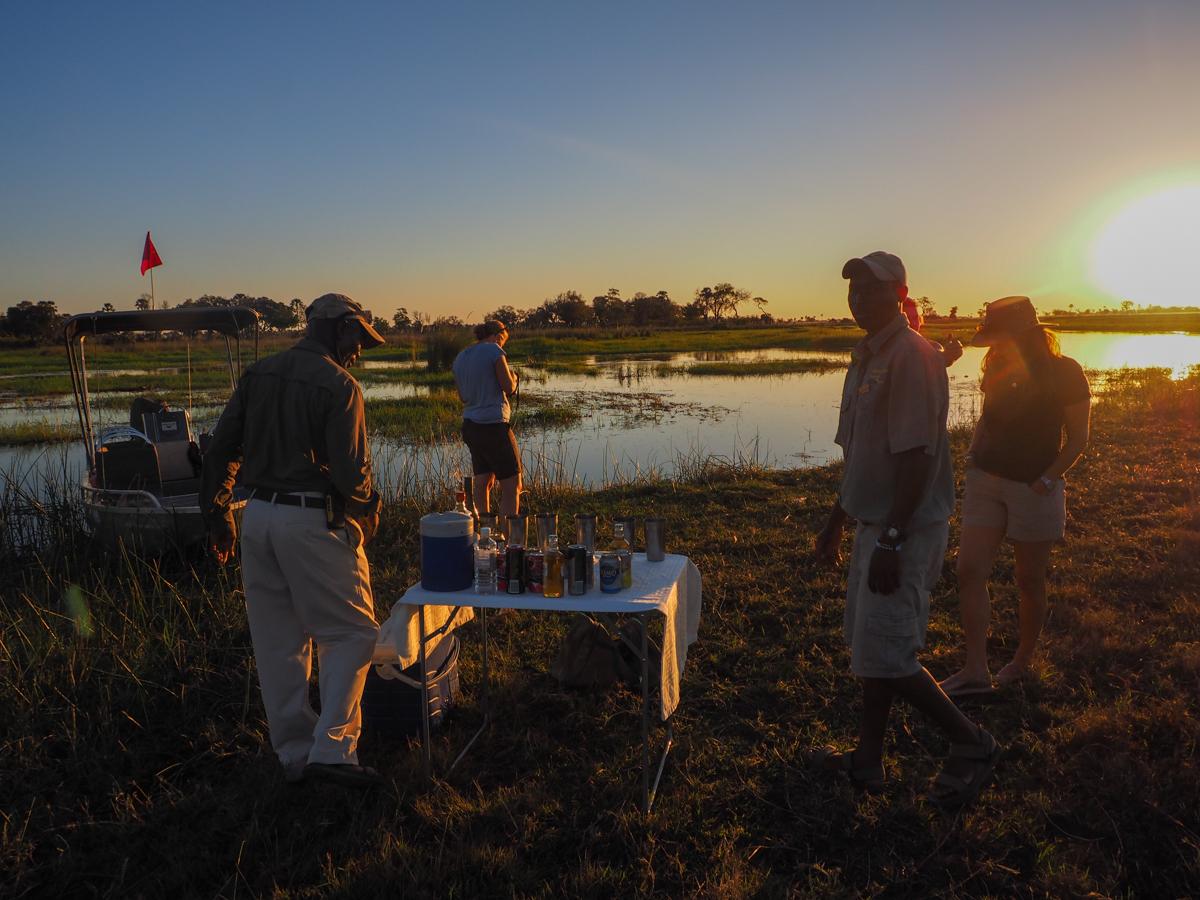 Sundowner im Okavango Delta